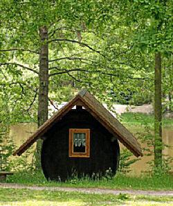 Spreewald Gurkenfass mit Sitzgelegenheit am Teich - Waldsch�nke & Pension Am Forsthaus das Paradies f�r Urlauber, Ferieng�ste und Erholungssuchende im Niederlausitzer Land