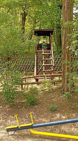 Spielplatz im Wald mit Hochstand